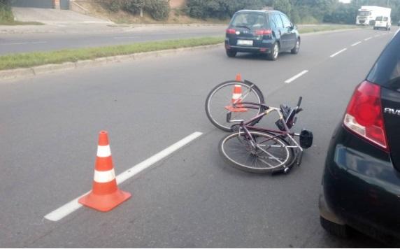 В Белореченске  дедушка-велосипедист попал под автомобиль и сломал ногу